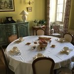 une des salles à manger avec petit déjeuner dressé