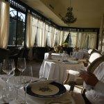 Salle à manger sous véranda de la terrasse : il y a une autre salle dans le château