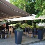 La terrasse ombragée de la brasserie