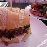 Grillburger en broodje mozarella/tomaat/pesto
