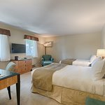 Chambre deux lits doubles vue auberge