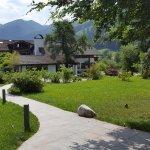 Garten, hinten Haupthaus mit Restaurant usw. Blick zum Watzmann