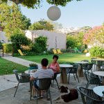 Petit déjeuner en terrasse, en compagnie de Yassou, le chien de l'hôtel :-)