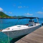 """Le bateau """"Kanel"""" au ponton de Terre de Haut."""