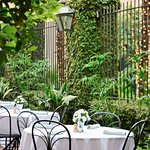 Planters Inn guests have the exclusive opportunity to enjoy breakfast in the courtyard.