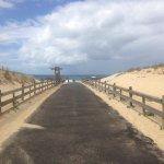 1,5km de la plage, 5' à vélo , vélos à disposition des clients et pistes cyclables derrières l'h