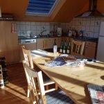 15 juin 2017. Premiers rayons de soleil dans la cuisine du gîte