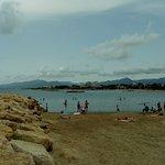 playa zona sin olas pero muchas piedras al entrar al mar