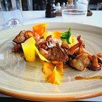 Plats et dessert à la carte. St Jacques, gambas tempura et homard en salade. Ris de veau, champi
