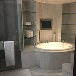 Tub and Shower (Premier Selection Suite)