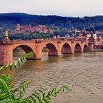 Blick auf Alte Brücke und Schloss in Heidelberg