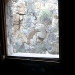 Vista de la habitación a una montaña de piedra.