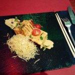 Pastel de carne y queso con patatas paja al togarashi.