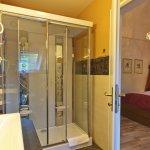 Badezimmer mit Partnerdusche der Honeymoon-Suite