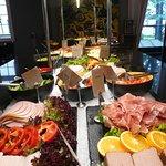 koud buffet bij ontbijt met vlees en vis en groenten