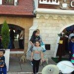 Una banda ameniza la visita a la República de los Niños (Gonnet, La Plata)