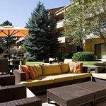 Foto di Courtyard Boulder