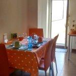 Il tavolo in cucina e la porta finestra per accedere al terrazzo