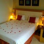 Romantisch verblijf met rozenblaadjes op het bed