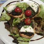 Tartines niçoises avec toasts de tapenade, tomates et chèvre