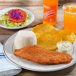 FILETE APANADO CON SALSA TARTARA: Breaded fish fillet with tartar sauce, rice, fried green plant