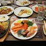 มีอาหารให้เลือกหลากหลายมากครับ ปลาดิบที่นี่สดมาก เติมไม่อั้น ของหวานก็อร่อยครับ คุ้มค่ากับราคา