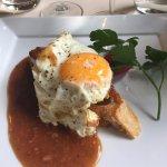 Oeuf frit, sur foie gras, sur toast. Légère sauce au foie gras.