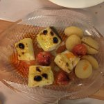 Tacos de bacalao asado con cherries y patatitas.