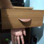 escritorio con cajón inservible.