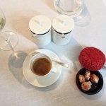Espresso mit weisser Erdbeerschokolade