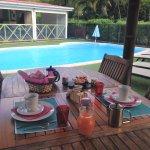 Le petit déjeuner servi côté piscine de 7h30 à 9h30 à 12 euros par personne