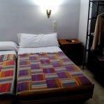 Una habitacion con 2 camas.