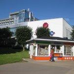 Hotel, im Vordergrund Kiosk mit Fahrkartenverkauf
