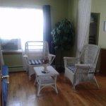Petit salon avec air climatisé et belle lumière du jour.