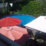 Petit terrasse adjacente a la piscine très bien disposé et aménagé.