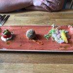 Antipasti Тартар из тунца с апельсином, шар из ризотто с сыром, Буффало с томатом и оливками