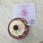 Un Grand chocolat viennois délicieux avec un service agréable la tenue des serveurs(es) est soig
