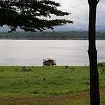 La vue sur le lac et le raft depuis le camp