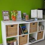 Obst, Süßigkeiten, Lesestoff an der Bar