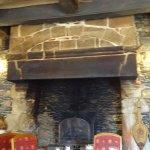 La belle cheminée de la salle à manger .