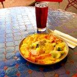 Gratiniertes Gemüse mit Safransauce, Mozzarella und geröstetem Sesam