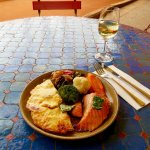Lachssteak mit Kräuterbutter, Kartoffelgratin, Ratatouille und Marktgemüse