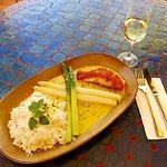 Lachssteak auf Safransauce dazu frischer grüner und weißer Spargel mit Basmatireis