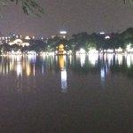 Photo de Lake of the Restored Sword (Hoan Kiem Lake)