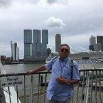 Manhattan van Rottjeknor op de Erasmusbrug en de AIDA op de achtergrond