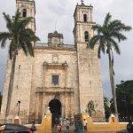 Pintoresca Catedral de Valladfolid, frente a una bella Plaza con numerosos puestos de comida !!!
