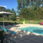 Le bar, la terrasse, la piscine, et la salle de restaurant.