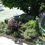 A corner of Square du Vert Galant with a variety of trees and plants. Via EUtouring.com