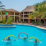 Aquagym dans la piscine et restaurant en fond