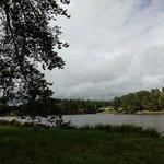 Vue depuis la rive opposée du lac